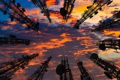 Silhouette de l'antenne du téléphone portable et du communicati cellulaires Image stock