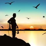 Silhouette de l'homme attendant pour pêcher les poissons au crépuscule illustration de vecteur
