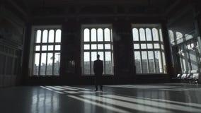 Silhouette de l'homme au-dessus de grand Windows banque de vidéos