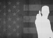 Silhouette de l'homme avec le pouce vers le haut du drapeau américain noir et blanc d'agaimnst Images libres de droits