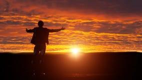 Silhouette de l'homme avec ses bras augmentés Image stock