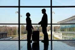 Silhouette de l'homme et de fille avec le bagage Photographie stock libre de droits