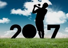 Silhouette de l'homme jouant le golf formant le signe de la nouvelle année 2017 Photographie stock libre de droits