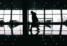 Silhouette de l'homme marchant dans le bâtiment moderne images libres de droits