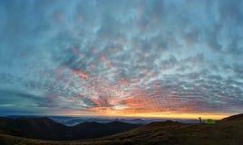 Silhouette de l'homme prenant la photo du paysage de montagne Images libres de droits