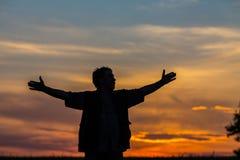 Silhouette de l'homme se tenant dans un domaine Photos libres de droits