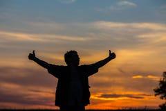 Silhouette de l'homme se tenant dans un domaine Photo libre de droits