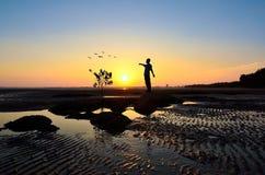 Silhouette de l'homme soulevant ses mains ou bras ouverts Photographie stock