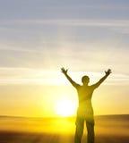 Silhouette de l'homme sur le coucher du soleil image stock