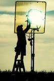 Silhouette de l'homme sur le coucher du soleil Photo stock