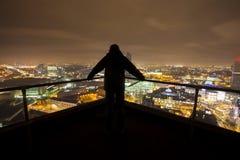 Silhouette de l'homme sur le dessus de toit Images libres de droits