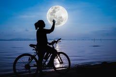 Silhouette de la célébration femelle heureuse avec le bras vers le f Image libre de droits