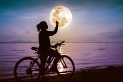 Silhouette de la célébration femelle heureuse avec le bras vers le f Photos libres de droits