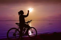 Silhouette de la célébration femelle heureuse avec le bras vers le s Photos libres de droits