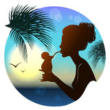 Silhouette de la fille, vue tropicale de mer Photos libres de droits