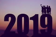 Silhouette de la nouvelle année 2019 avec le groupe prenant un selfie photos libres de droits