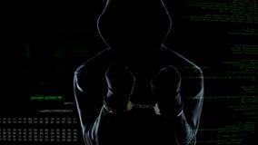 Silhouette de la position anonyme menott?e devant le code informatique anim? photos stock