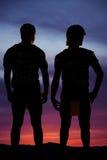 Silhouette de la position de deux joueurs de football Photos libres de droits