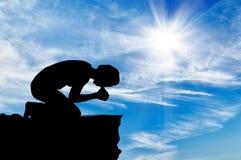 Silhouette de la prière de l'homme Images stock