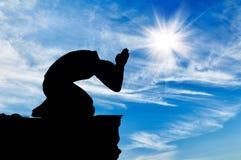 Silhouette de la prière de l'homme Photographie stock libre de droits