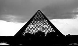 Silhouette de la pyramide en verre du musée d'auvent photos libres de droits