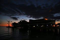 Silhouette de la station maritime contre le ciel pendant le coucher du soleil photos stock