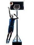 Silhouette de lancement sautante de joueur de basket caucasien d'homme Photographie stock libre de droits