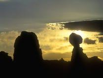 Silhouette de lever de soleil des formations de roche de grès en parc national de voûtes, UT Photos libres de droits