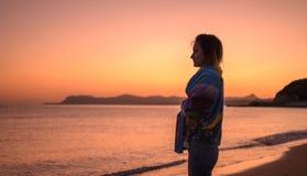Silhouette de lever de soleil de fille quand Nature, beauté photographie stock