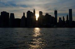 Silhouette de Lower Manhattan pendant le coucher du soleil. Photo libre de droits