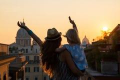 Silhouette de mère et de bébé à Rome Photos libres de droits
