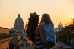 Silhouette de mère et de bébé à Rome Image libre de droits