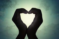 Silhouette de main de forme d'amour Image libre de droits