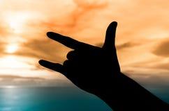 Silhouette de main sous le coucher du soleil Photographie stock libre de droits