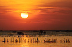 Silhouette de maison thaïlandaise de pêche Image libre de droits