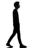 Silhouette de marche de jeune homme africain bel image stock