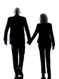 Silhouette de marche de vue arrière d'aîné de couples images stock