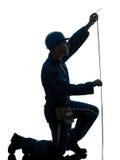 Silhouette de mesure de bande de travailleur de la construction d'homme Image stock