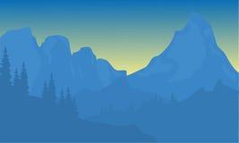 Silhouette de montagne avec le fond bleu Photos libres de droits