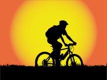 silhouette de montagne de fille de cycliste Image stock
