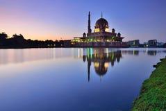 Silhouette de mosquée de Putrajaya pendant le lever de soleil images stock