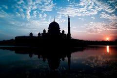 Silhouette de mosquée de Putra pendant le lever de soleil avec la réflexion dans le lac photos stock