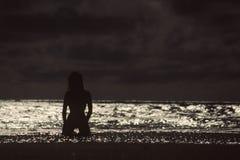 Silhouette de nageur dans l'eau Photographie stock libre de droits