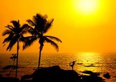 Silhouette de natarajasana de yoga au coucher du soleil photographie stock libre de droits