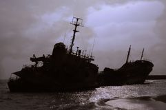 Silhouette de naufrage contre un ciel sombre Image stock