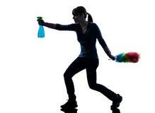 Silhouette de nettoyage de la poussière des travaux domestiques de domestique de femme image libre de droits