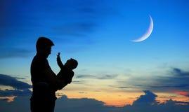 Silhouette de père et d'enfant sur le coucher du soleil Photographie stock libre de droits