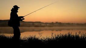 Silhouette de pêcheur banque de vidéos