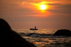 Silhouette de pêcheur sur le lever de soleil, Thaïlande Photographie stock libre de droits