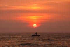Silhouette de pêcheur sur le lever de soleil, Thaïlande Photo stock